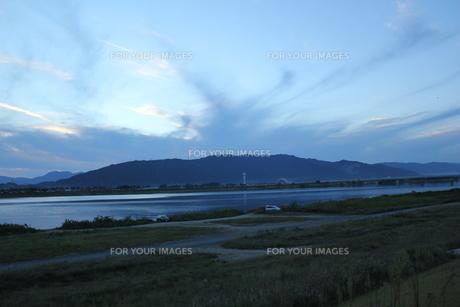 秋の雲と養老山地の写真素材 [FYI00378355]