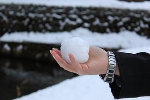 雪を握る手の写真素材 [FYI00378414]