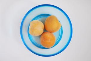 ガラスボールの3つの桃(俯瞰)の写真素材 [FYI00378521]