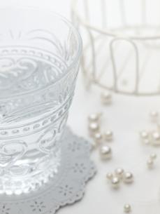 グラスと真珠の写真素材 [FYI00378534]