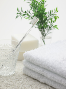 歯ブラシと石けんとタオルの写真素材 [FYI00378536]