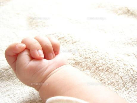 赤ちゃんの手(生後1か月)の写真素材 [FYI00378575]