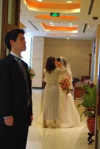 花嫁を待つ花婿の写真素材 [FYI00378617]