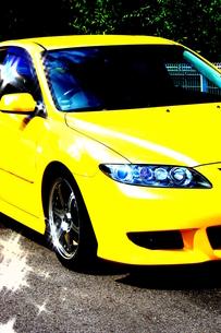 黄色のスポーツカー(atenza)の写真素材 [FYI00378644]