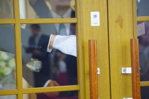 結婚式ドアマンの写真素材 [FYI00378656]