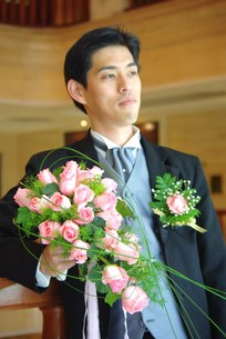 バラのブーケを持つ新郎の写真素材 [FYI00378658]