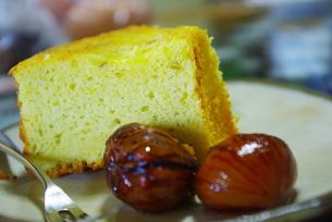 シフォンケーキと栗の渋皮煮の写真素材 [FYI00378661]