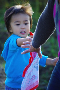 ハンカチリレーをするお母さんと男の子の写真素材 [FYI00378686]