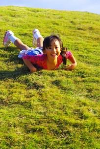 草すべりをする女の子の写真素材 [FYI00378692]