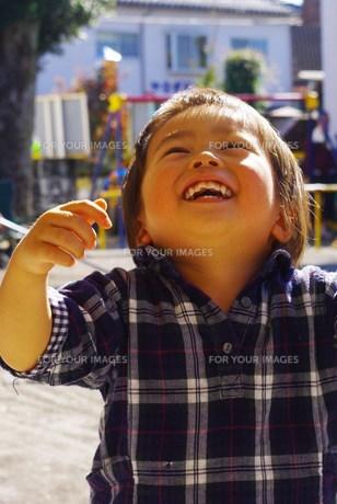 上を見上げる男の子の写真素材 [FYI00378697]