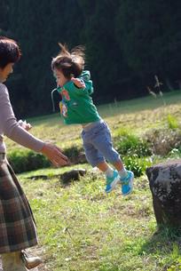 ジャンプする男の子の写真素材 [FYI00378721]