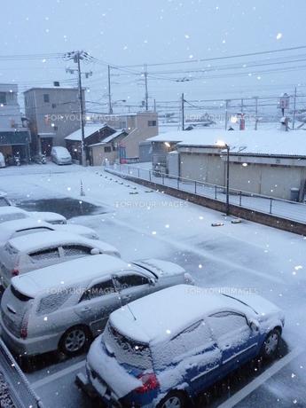 雪で町が真っ白。の素材 [FYI00378802]