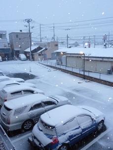 雪で町が真っ白。の写真素材 [FYI00378802]