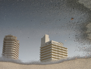 水たまりに浮かぶ建物の写真素材 [FYI00378813]