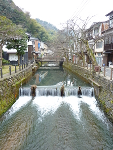 川と山と街並みと橋の写真素材 [FYI00378815]