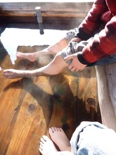 男女2人足湯の写真素材 [FYI00378824]