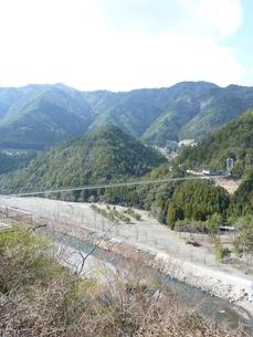 青い空山々吊り橋の写真素材 [FYI00378826]
