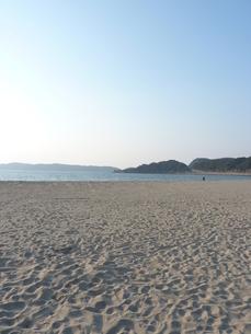 青々とした空に海に砂浜に山!の写真素材 [FYI00378827]