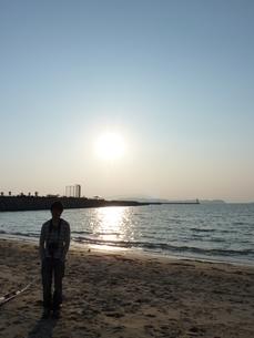 太陽と海と若い男性の写真素材 [FYI00378828]