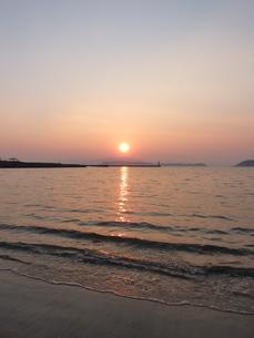 オレンジ色な夕日と海の写真素材 [FYI00378834]