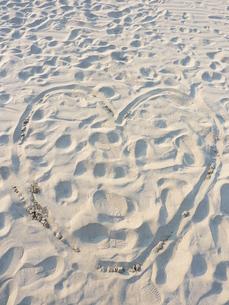 砂浜にハートの写真素材 [FYI00378836]