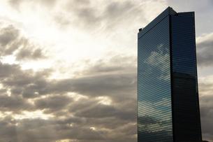 夕闇の高層ビルの写真素材 [FYI00378890]