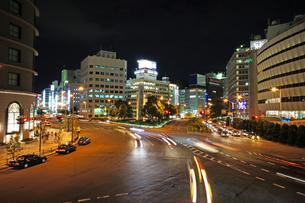 都心の夜の交差点の写真素材 [FYI00378896]