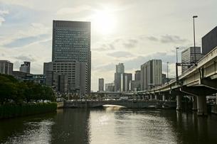夕刻の淀屋橋とビル群の写真素材 [FYI00378905]