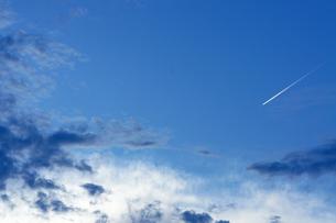 夕暮れの飛行機雲の写真素材 [FYI00378910]