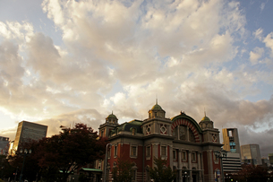秋空の中央公会堂の写真素材 [FYI00378919]