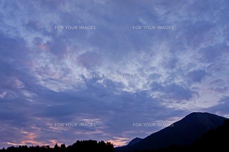 朝焼けの大山の写真素材 [FYI00378939]