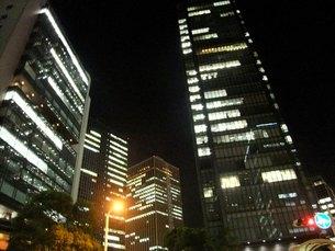 夜のオフィス街の写真素材 [FYI00378954]