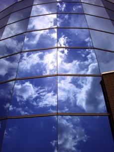 ガラスに写る空の写真素材 [FYI00379046]