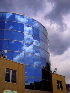 ガラスに写る空の写真素材 [FYI00379047]
