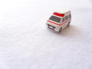 ミニカーの救急車の写真素材 [FYI00379049]