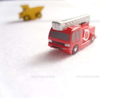ミニカーの消防車の写真素材 [FYI00379052]