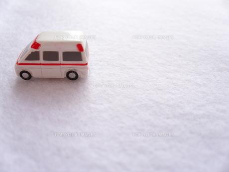 ミニカーの救急車の写真素材 [FYI00379054]