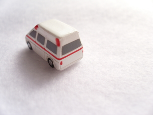 ミニカーの救急車の写真素材 [FYI00379064]