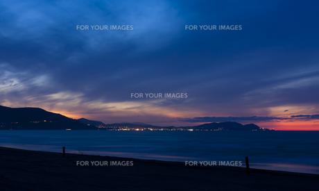 日没の青い海の写真素材 [FYI00379316]