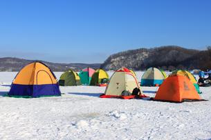 冬の風物詩 北海道 網走湖 ワカサギ釣り テント群の素材 [FYI00379355]