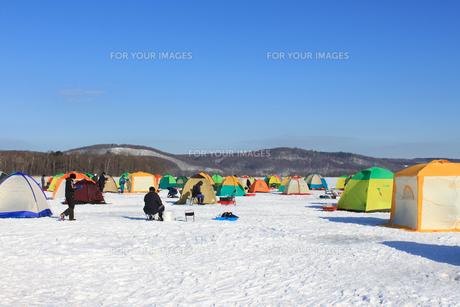 冬の風物詩 北海道 網走湖 ワカサギ釣り テント群の写真素材 [FYI00379370]
