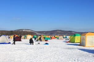 冬の風物詩 北海道 網走湖 ワカサギ釣り テント群の素材 [FYI00379370]