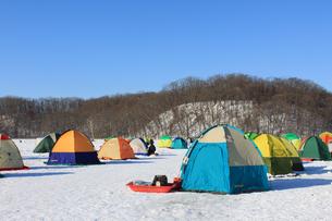 冬の風物詩 北海道 網走湖 ワカサギ釣り テント群の素材 [FYI00379375]