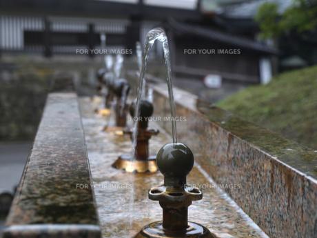 並ぶ水飲み場の写真素材 [FYI00379445]