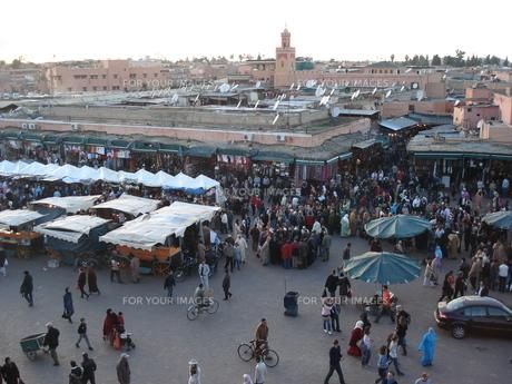モロッコ・マラケシュの活気あふれる市場の写真素材 [FYI00379463]