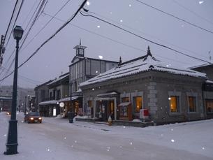 雪と夕暮れの小樽の写真素材 [FYI00379504]