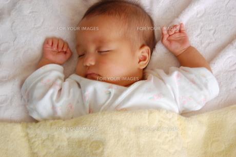 ぐっすり眠るあかちゃんの写真素材 [FYI00379544]