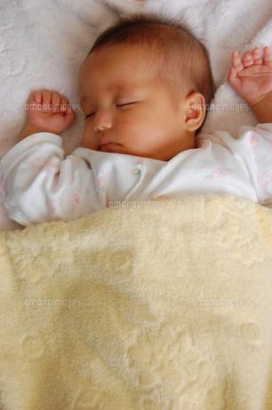ぐっすり眠る赤ちゃんの写真素材 [FYI00379551]