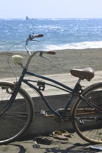 自転車と烏帽子岩の写真素材 [FYI00379582]