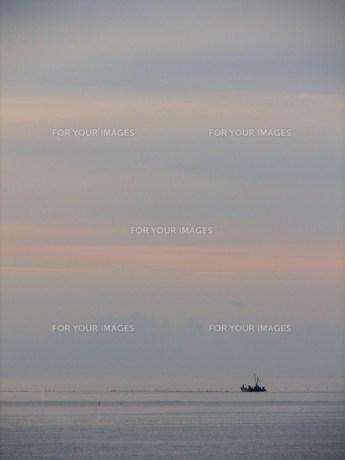 朝焼けと漁船の写真素材 [FYI00381188]